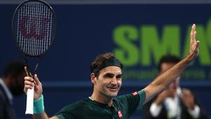 Roger Federer celebrates after beating Dan Evans