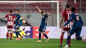 Martin Odegaard (C) celebrates after scoring Arsenal's first goal
