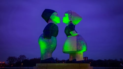 A giant Kissing Couple XXXL statue located along the bicycle route between Amsterdam and Zaandam.
