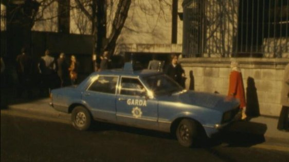 Garda car parked at pedestrian entrance to Trinity College, Nassau Street, Dublin (1981)