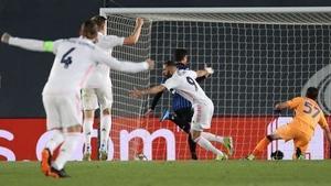 Real Madrid players celebrate Karim Benzema's goal