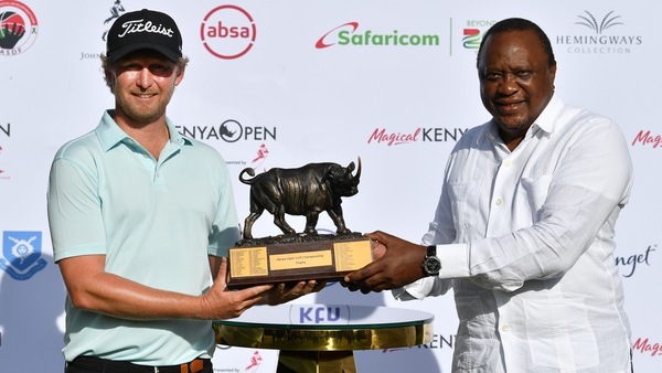Justin Harding and Uhuru Kenyatta, President of the Republic of Kenya pose with the trophy