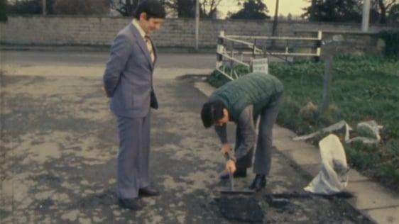 Fran Hall llena un pozo con reparación inmediata de la carretera, 1981.