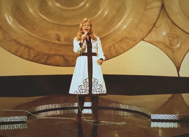 0236/005 Marianne Mint representa a Austria en el Festival de la Canción de Eurovisión en el Gaiti Theatre de Dublín.