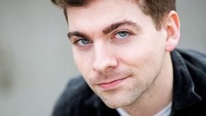 Tá Gradam Joe Steve buaite ag Eoin Ó Dubhghaill, drámadóir óg as Conamara.