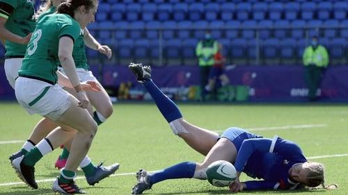 Emilie Boulard scores France's second try