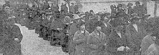 Women praying outside Mountjoy Photo: Irish Independent, 26 April 1921