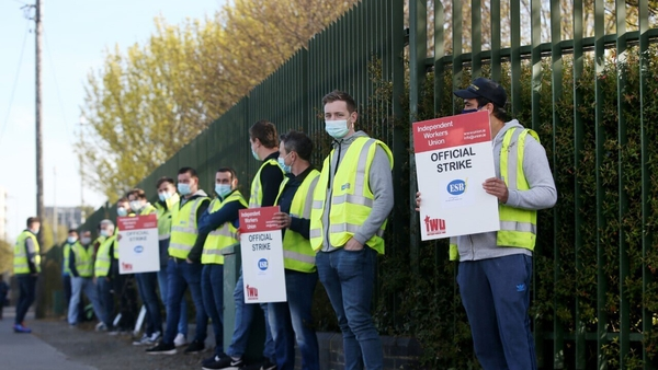 Members of the Independent Workers Union on the picket line this morning (Pic: RollingNews.ie)
