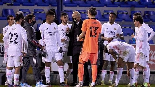 Zinedine Zidane talking to his Real Mardid players