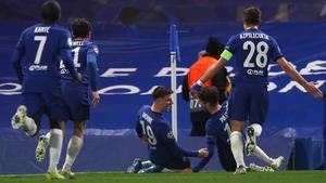 Mason Mount's team-mates rush to celebrate with the goalscorer