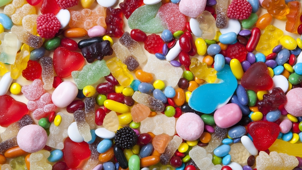 E171 is used in sweets, chewing gum, white sauces and cake icing (stock image)