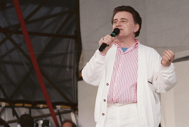 Larry Gogan on stage at Self-Aid (1986)