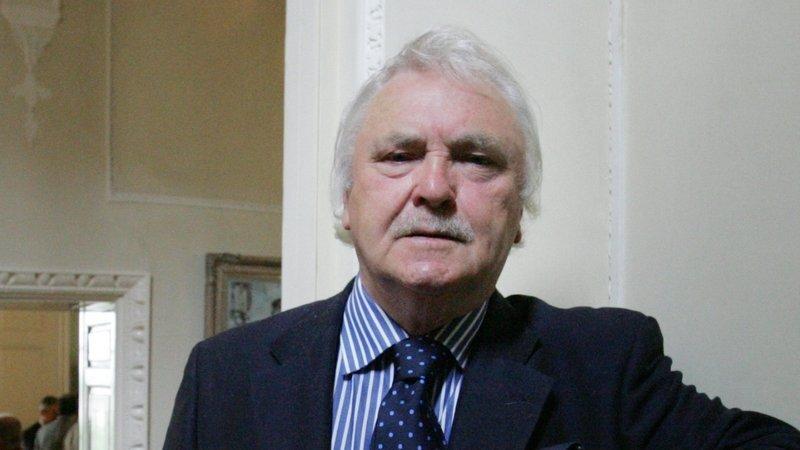Tá cáil ar Harris as a chuid tuairimí láidre in éadan Shinn Féin agus faoi Thuaisceart Éireann.
