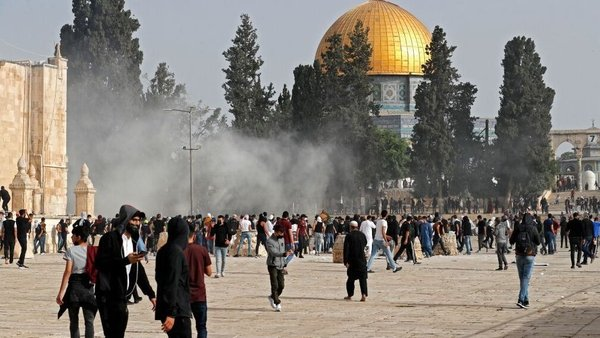 Palestinian protesters clash with Israeli security forces at Jerusalem's Al-Aqsa mosque compound