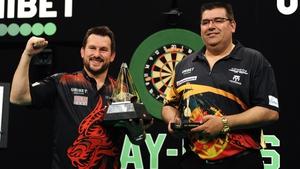 Jonny Clayton (l) beat Jose de Sousa in the final