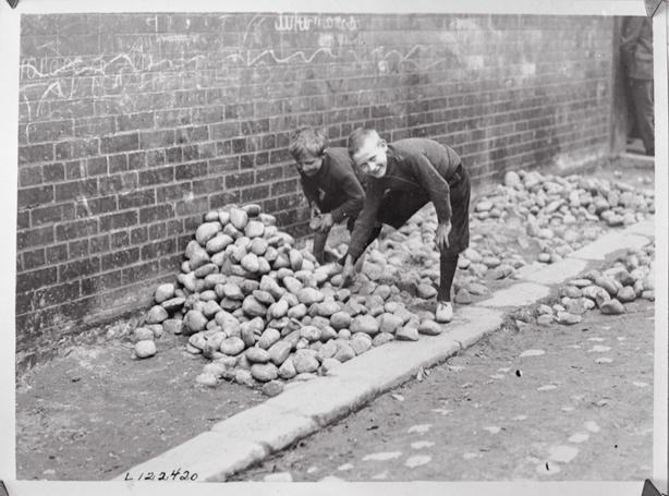Children gathering stones, Belfast 1920