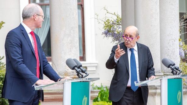 Le ministre des Affaires étrangères Simon Cowney avec son envoyé français Jean-Yves Le Drian à Dublin le mois dernier