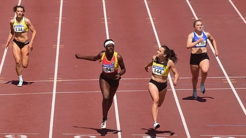 Phil Healy (R) dips for the line to win the women's 200m ahead of Rhasidat Adeleke