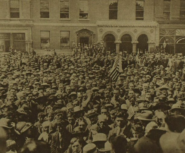 The American flag being waved in the crowd outside the Mansion House in Dublin Photo: Illustrated London News, 9 July 1921