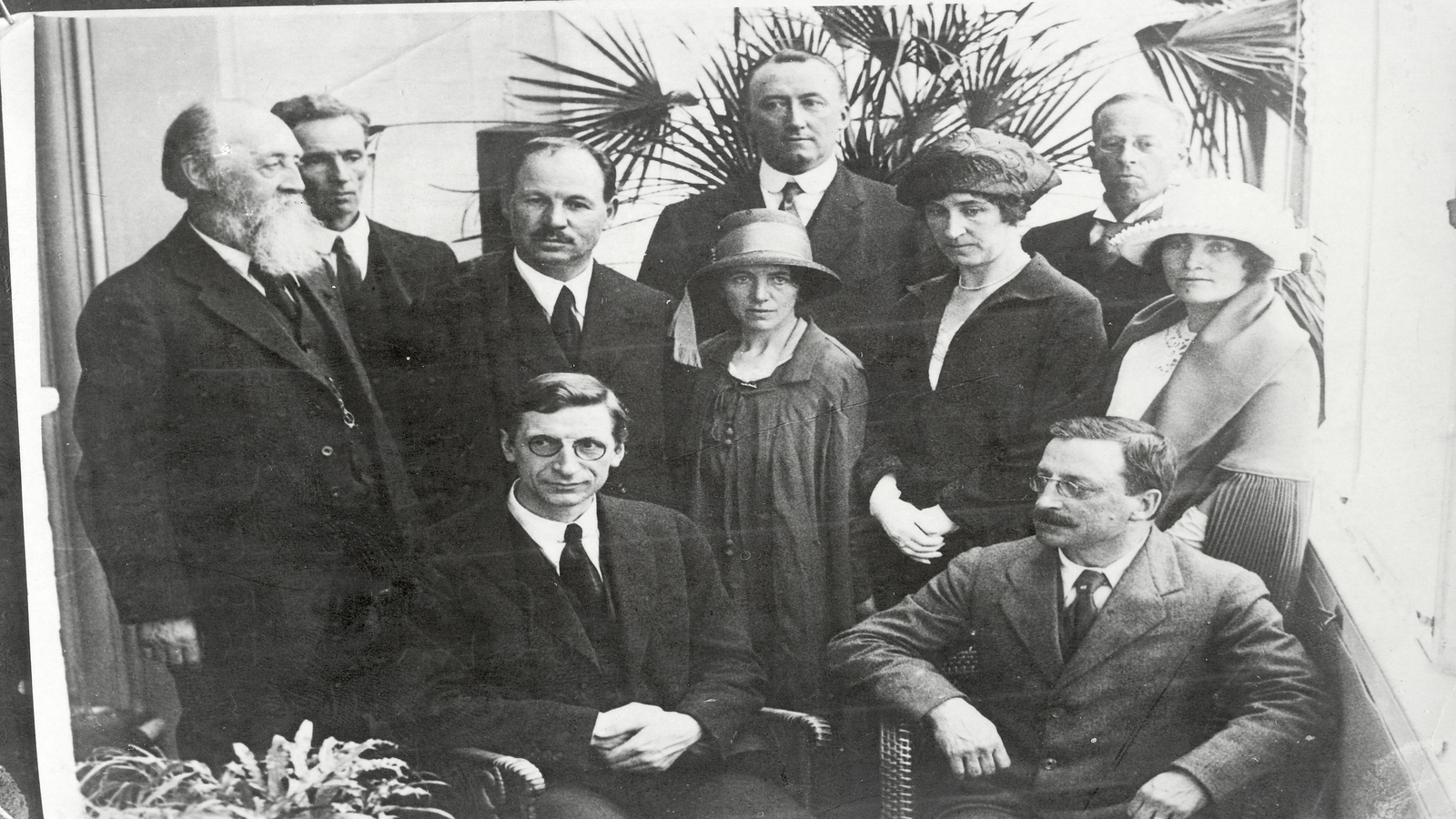 Image - Eamon de Valera, Arthur Griffith and the delegation in London for the first talks with Prime Minister David Lloyd George, just a few days after the declaration of the Truce. (Credit: National Library of Ireland)