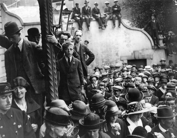 Crowds gather in Dublin awaiting news of the truce. (Photo by Hulton Archive/Getty Images)
