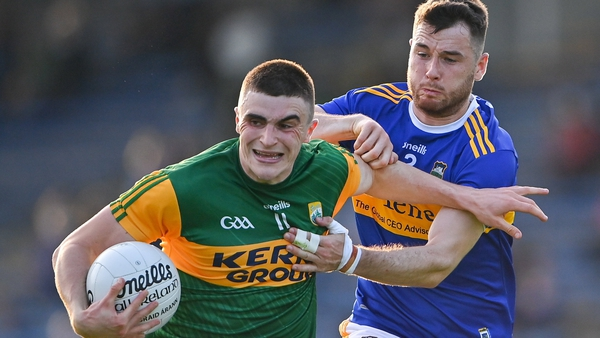 Kerry's Seán O'Shea tries to escape the attentions of Shane O'Connell.