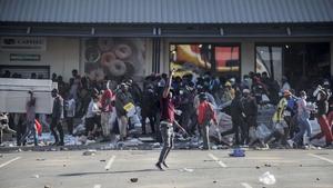 Looting at the Jabulani Mall in Soweto, southwest of Johannesburg