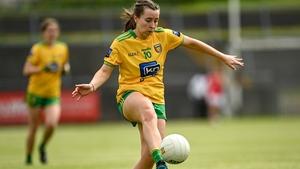 Shaun Nancy Ó Gallchóir, duine de bhainisteoirí Foireann Ban Faoi 16  agus na himreoirí  Isla Ní Ghallchóir agus Mary Ann Nic a Bhaird.