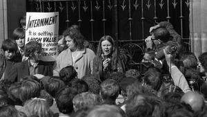 Bernadette Devlin ag labhairt ag agóid i nDoire sa mbliain 1971