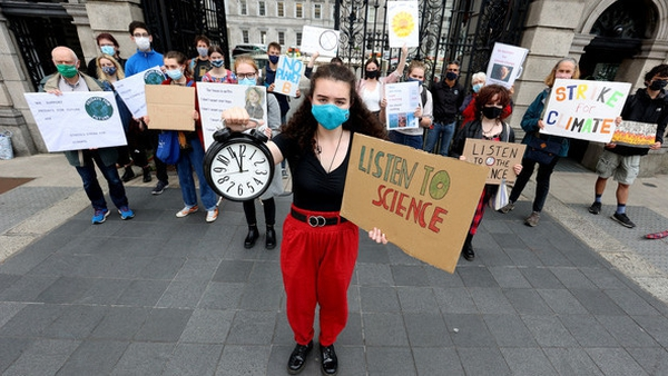 Protesters gathered outside Leinster House this afternoon, demanding urgent action on climate (Pic: RollingNews.ie)