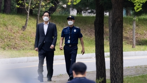 Mr Lee, 53, appeared outside the Seoul Detention Center, wearing a dark grey suit and looking much thinner than when he was last detained in January
