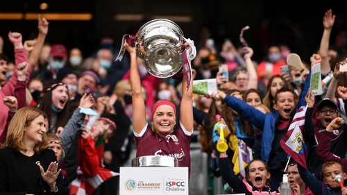 Sarah Dervan lifts the O'Duffy Cup