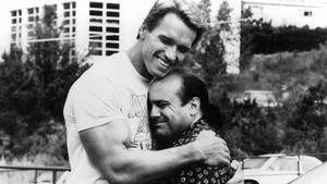 Arnold Schwarzenegger embracing Danny DeVito in a scene from Twins, 1988
