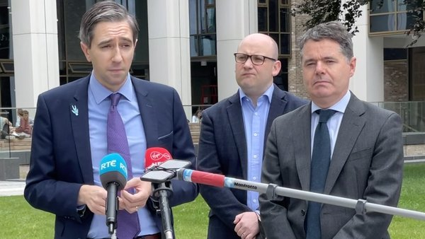 Minister Simon Harris (L) said Matt Carthy had made comments in the Dáil yesterday that would be defamatory if they had been said elsewhere