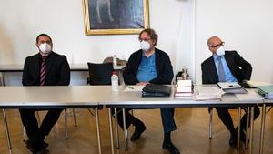 Lawyers Alexander Klauser (R), Peter Kolba (C) and their client Ulrich Schopf (L)