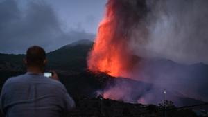 Mount Cumbre Vieja continues to erupt in El Paso