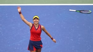 Emma Raducanu salutes the crowd after her US Open victory in September. Poto: Matthew Stockman/Getty Images