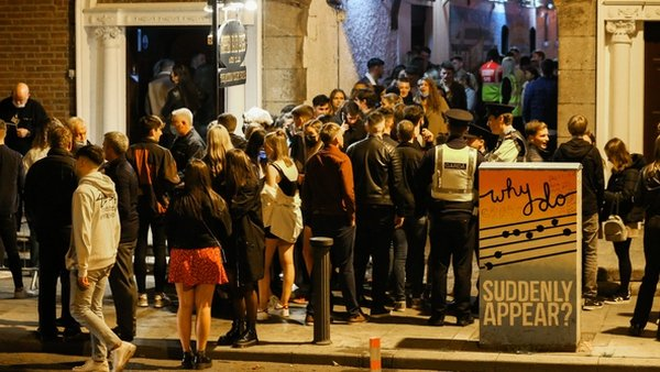 People queue to get into Copper Face Jack's in Dublin last night (Pic: RollingNews.ie)